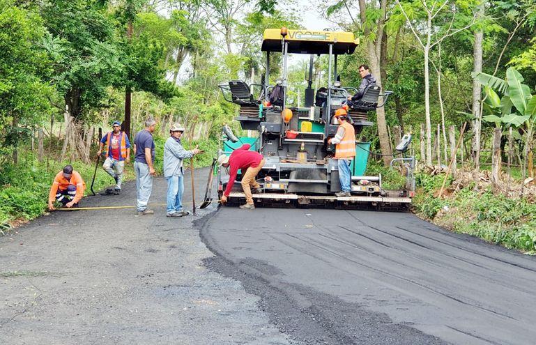 Pavimentación en el departamento Central, Itá-empalme Ruta PY01. El MOPC señala que pretende llegar a unos 800 km de caminos asfaltados por año, distribuidos en todo el país. (Gentileza)