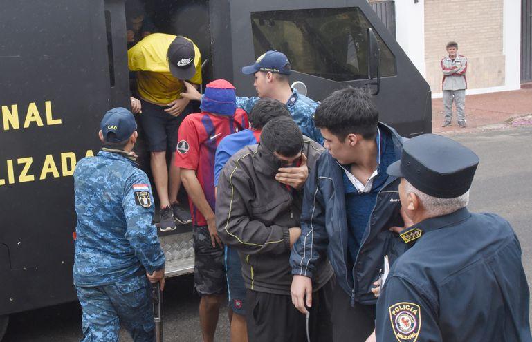 Miembros de la barra brava de Cerro Porteño bajan de un móvil de la Agrupación Especializada tras los incidentes que terminaron con un muerto.