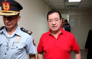 El diputado colorado Miguel Cuevas  (d) está imputado por supuestos hechos de corrupción.