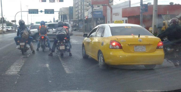 Invasión de franja peatonal sobre Transchaco.