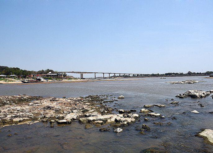 Vista que tiene el río Paraguay en zona de Remanso, con piedras que sobresalen debido a la pronunciada bajante del nivel.