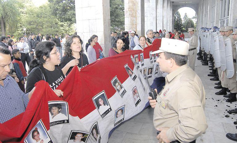 Una de las tantas protestas de víctimas del Ycuá Bolaños en el Palacio de Justicia.