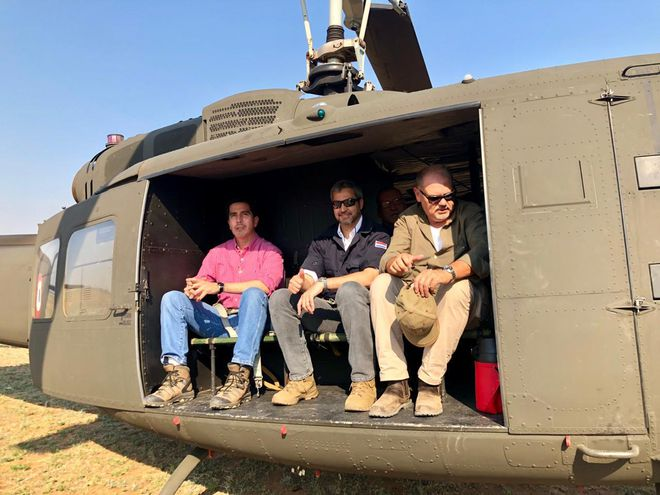 Abdo Benítez (centro), junto a Joaquín Roa (derecha) en un helicóptero de la Fuerza Aérea.