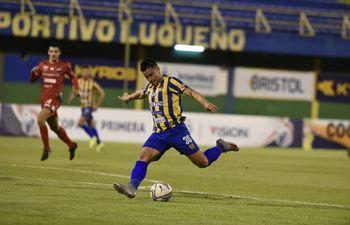 Walter Ortiz remata para convertir el primero del Sportivo Luqueño