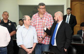El abogado Álvaro Arias (d) charla con el acusado Carlos León (i), antes del inicio del juicio.
