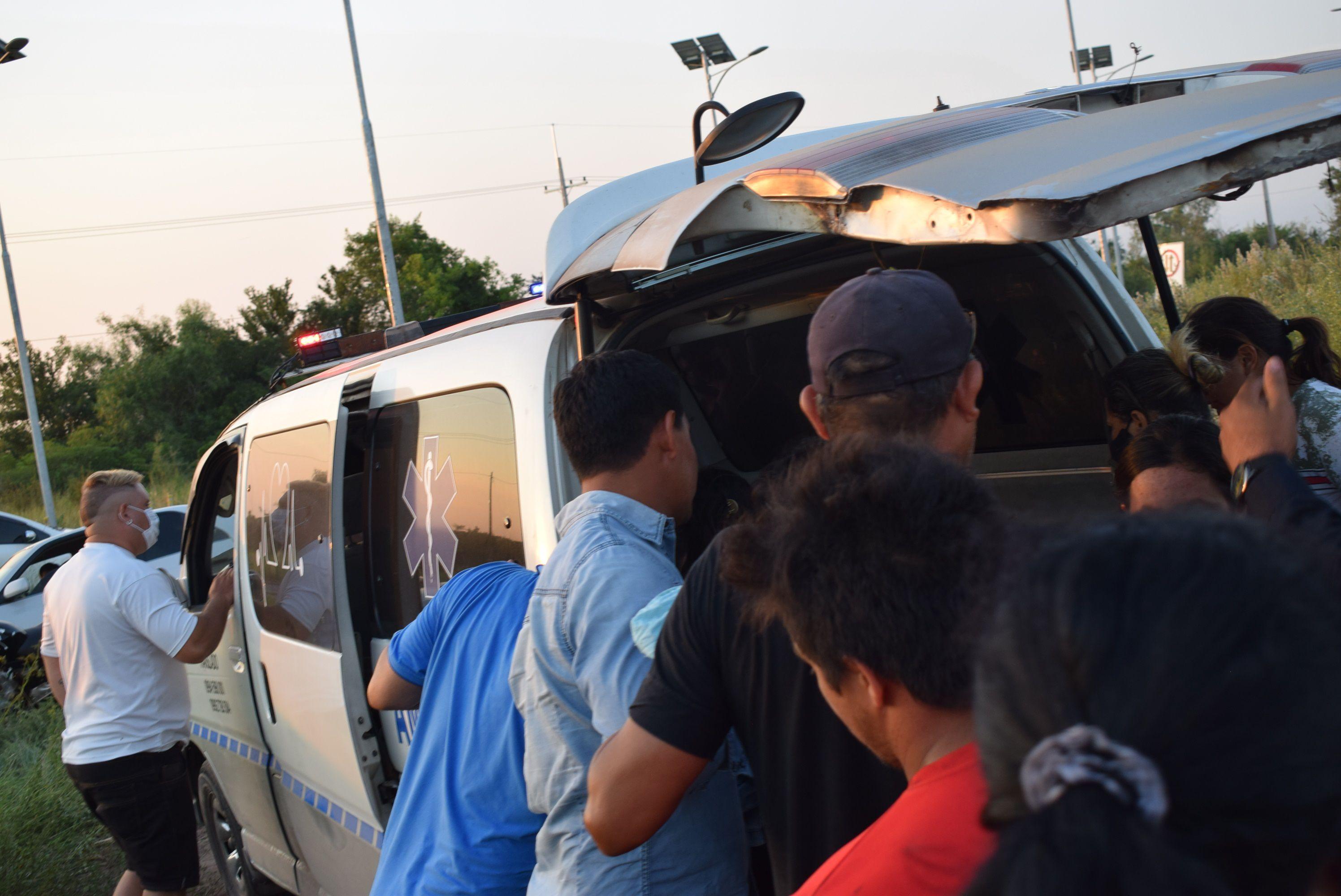 Familiares atajaron la ambulancia para ver el cuerpo sin vida del joven que fue trasladado a la morgue judicial de Asunción