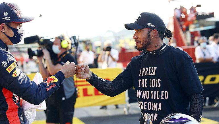 """Lewis Hamilton  con un mensaje:  """"detener a los policías que mataron a Breonna Taylor"""". EFE"""