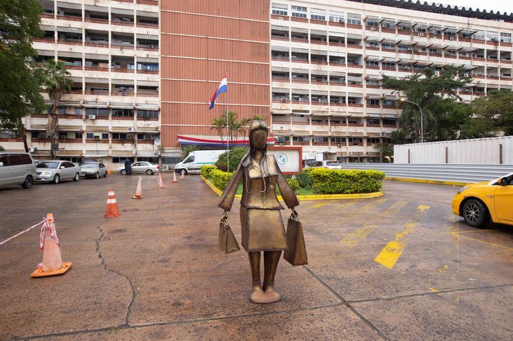 "Estatua ""Perlita"" frente a IPS Central"