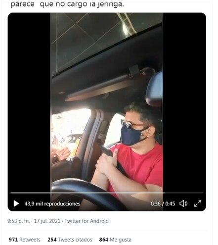 Momento en que la vacunadora le pide al hombre revisar el video porque no está segura si cargo la dosis a la jeringa.