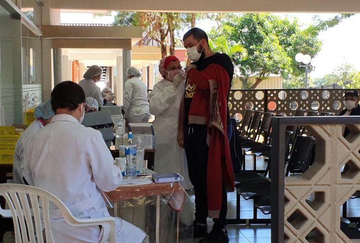 Una gran cantidad de personas acudieron ayer en busca de las vacunas antigripales en el Hospital Regional de CDE.