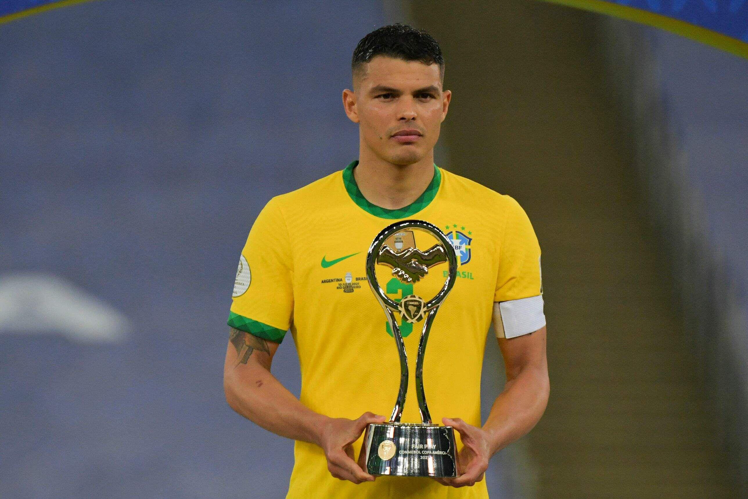 Thiago Silva, capitán de Brasil, recibió el trofeo Fair Play (Juego Limpio) que premia a la selección con mejor conducta en el campeonato (equipo que recibió menos tarjetas amarillas y rojas)