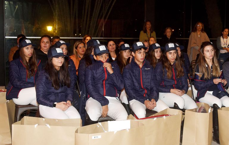Parte de los jinetes y amazonas que representarán a nuestro país en la espera de la mayor fiesta de la equitación de nivel internacional que se vivirá desde mañana en el Club Hípico Paraguayo.