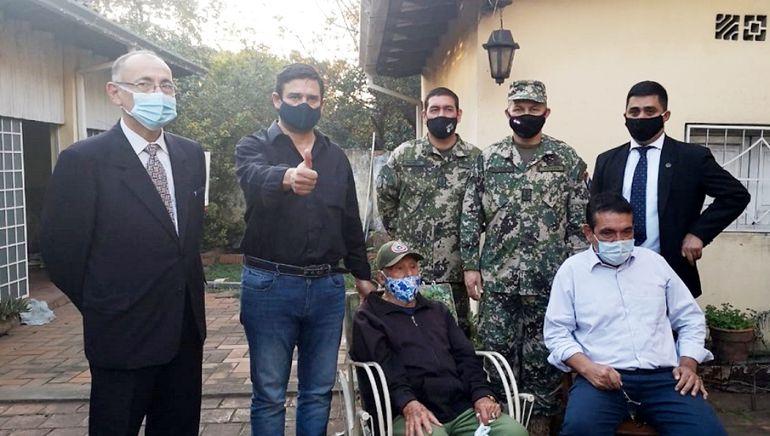 El excombatiente Alejandrino Grance (centro, sentado) junto con el  senador Santa Cruz (camisa).