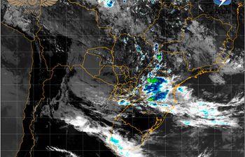 Imagen satelital que muestra la formación de tormentas que van avanzando hacia el este y sur del país.