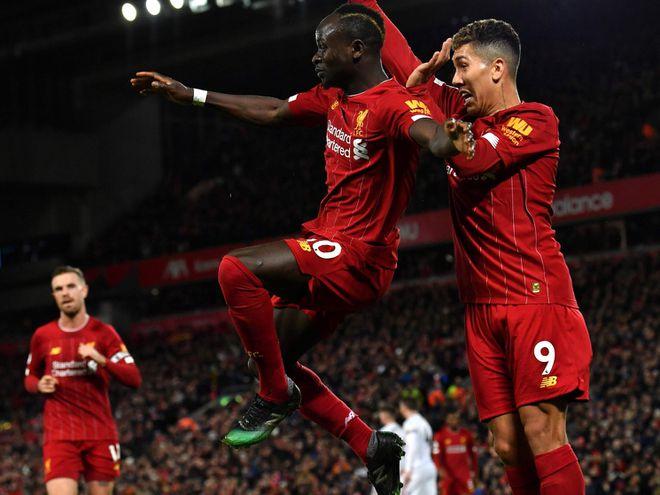 Sadio Mané festeja su gol, el segundo del Liverpool, en compañía del brasileño Roberto Firmino.