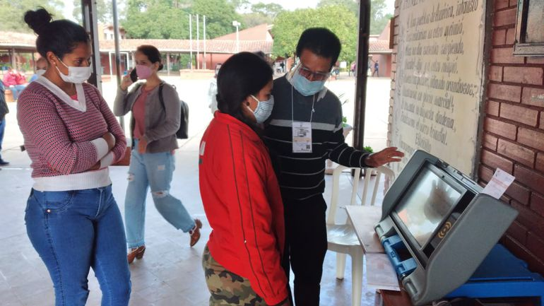 Muchas personas se acercaron para capacitarse en el uso de las máquinas de votación.