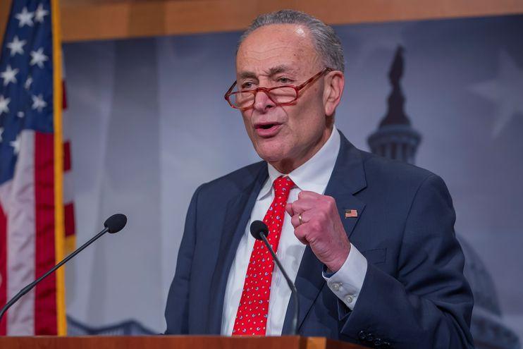 Chuck Schumer, líder de la minoría demócrata en el Senado, habla con los medios luego de la aprobación de la nueva ley que ahora debe ir a la Cámara de Representantes.