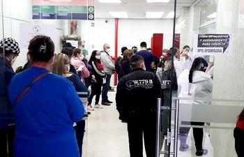 Fila de pacientes aguardando el test covid en el IPS.