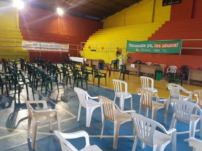 El vacunatorio instalado en el Polideportivo de Fernando de la Mora se ve vacío en las primeras horas de este martes.