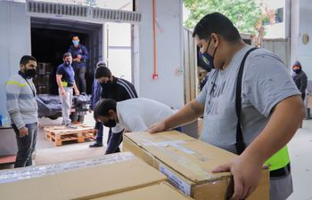 Materiales electorales siendo preparados para el traslado durante las internas partidarias del pasado junio.