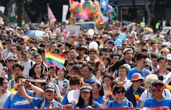 Una multitud participa de la marcha del Orgullo en Taipei, este sábado.