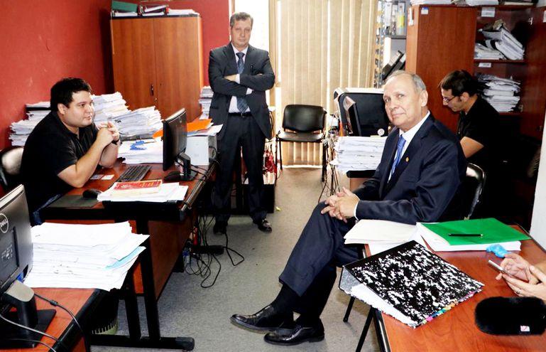 Mario Ferreiro (d) a punto de iniciar su declaración, acompañado de su abogado Guillermo Ferreiro (de pie). El exintendente  alega que no hay elementos suficientes para que le imputen.