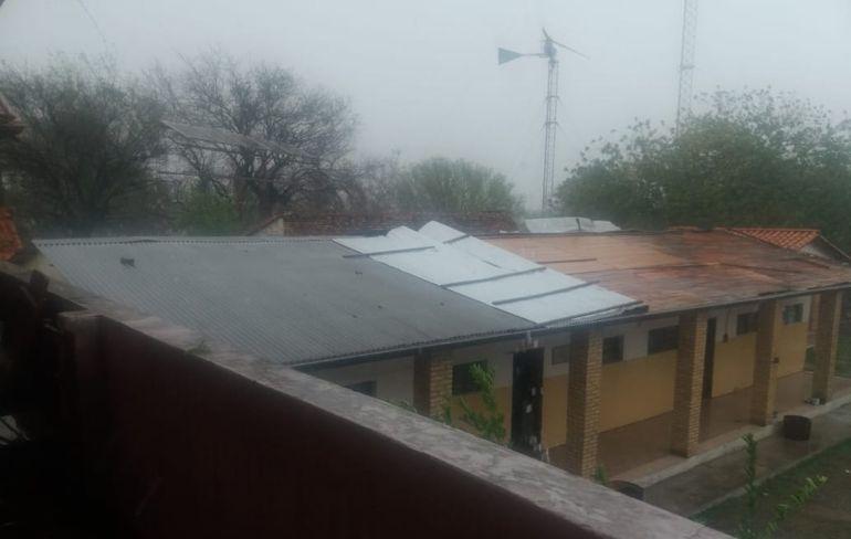Las fuertes ráfagas de viento que trajo el temporal destecharon el techo de zinc del colegio.