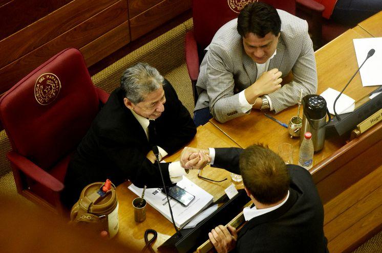 Los diputados colorados abdistas Ángel Paniagua (i), Hugo Ibarra y Colym Soroka (de espaldas) charlan distendidos  durante la primera reunión de la Comisión Permanente del Congreso, ayer.