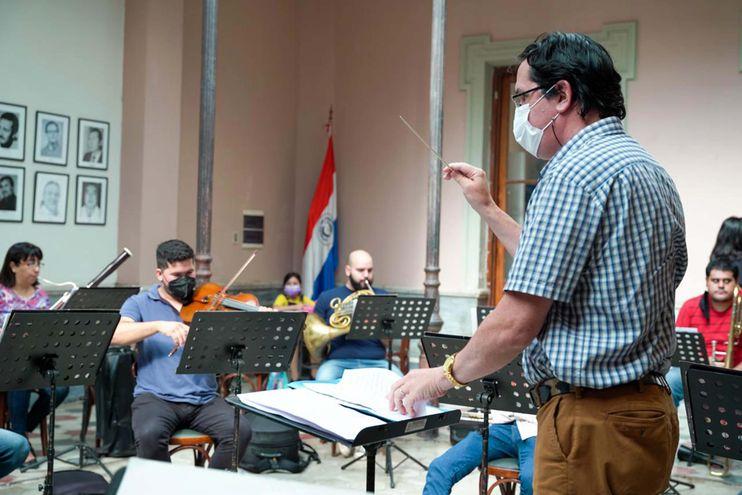 Diego Sánchez Haase dirigiendo a la OSIC en un ensayo reciente para el concierto del jueves 22.