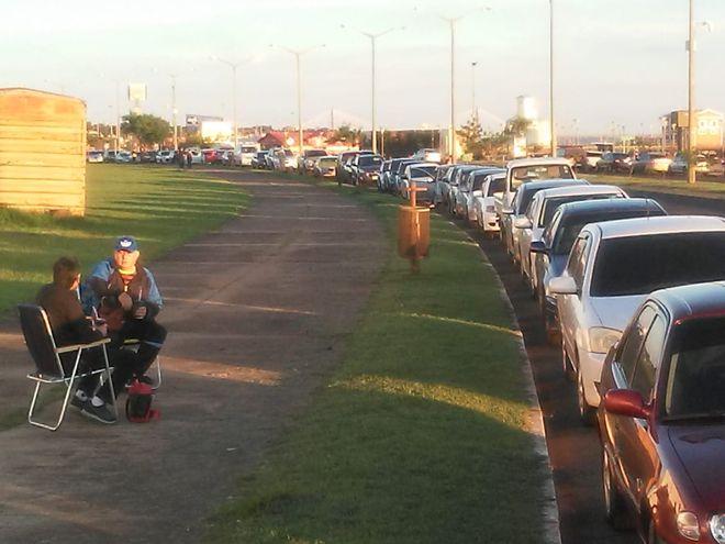 Desde esta tarde, una larga fila de vehículos empezó a juntarse en la inmediaciones del Centro Cívico de Encarnación. Son de personas desde 55 años que anhelan vacunarse mañana y pasarán la noche allí.