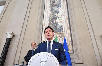 """El primer ministro dimisionario, Giuseppe Conte, ofrece declaraciones a la prensa tras encargado por el presidente de la República, Sergio Mattarella, para formar un nuevo gobierno, este jueves, en el Palacio Quirinal de Roma (Italia), después de que el Movimiento 5 Estrellas (M5S) y el Partido Democrático (PD) acordaran unirse en coalición. Conte ha asegurado que comenzará hoy mismo a trabajar, desde """"los albores de una nueva legislatura de la UE"""", para que Italia vuelva a la senda europea tras 14 meses encabezando el Ejecutivo populista del M5S y la Liga."""
