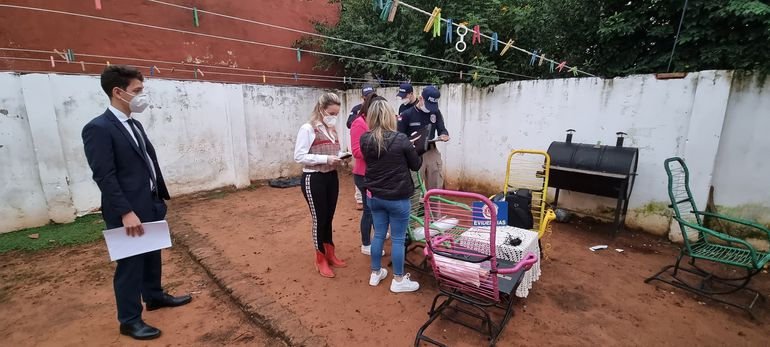 Los agentes fiscales en una de las viviendas allanadas en el marco del operativo internacional Luz de Infancia.