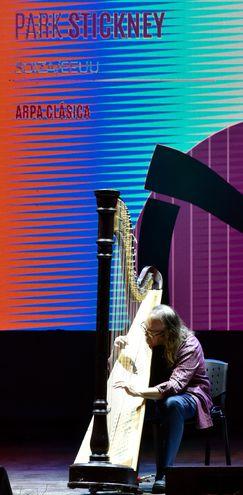 El suizo norteamericano Park Stickney interpretó obras jazzísticas con el arpa de concierto.