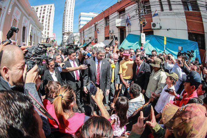 Mario Abdo Benítez habló brevemente con los manifestantes.
