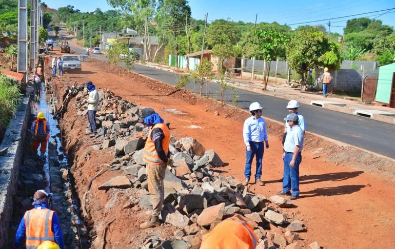 La primera fase de la obra consistió en la pavimentación asfáltica de la avenida Rafael Barret.