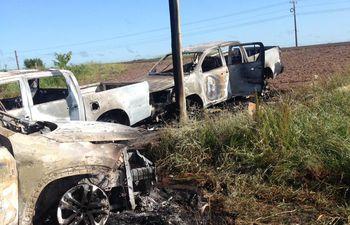 Vehículos quemados en el lado brasileño, a unos 10 km de la frontera con Paraguay.