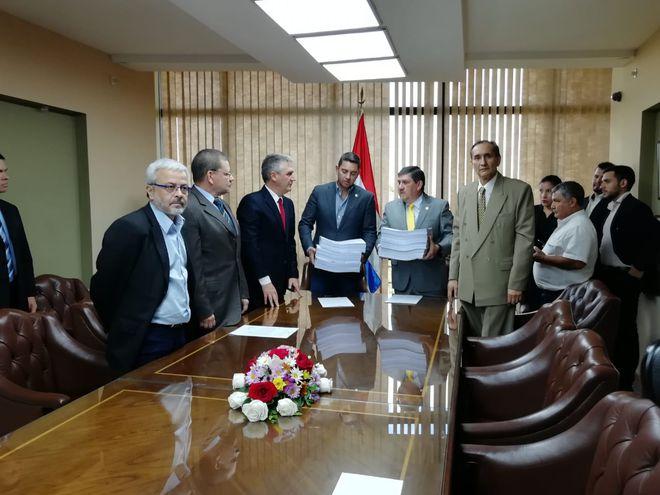 Pedro Alliana (d), presidente de Diputados y Blas Llano, titular del Senado sostiene los numerosos documentos entregados por las comisión que investigó el caso del acta entreguista.