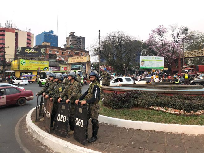 """Paseros se movilizan en ciudad del Este y retienen camiones que acusan de """"contrabando""""."""