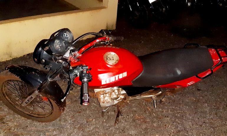 La moto utilizada por los maleantes quedó en el lugar del asalto.