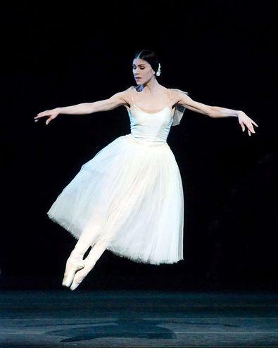 """En el marco de su despedida de los escenarios, la reconocida bailarina argentina Paloma Herrera protagonizó """"Giselle"""" junto con el Ballet Clásico y Moderno Municipal de Asunción."""