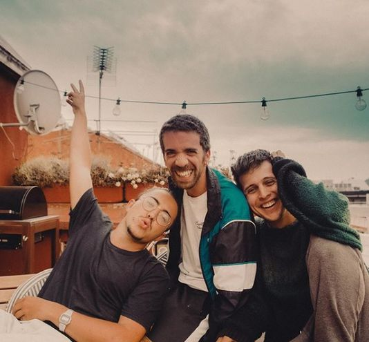 El trío español Stay Homas surgió en el marco del confinamiento y ya prepara su primer álbum.