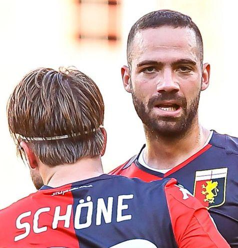 Lasse Schone y  Davide Biraschi, del Genoa.