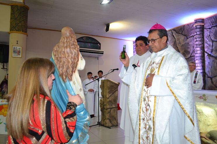 Monseñor Pedro Collar bendice la nueva imagen de Nuestra Señora de la Asunción.