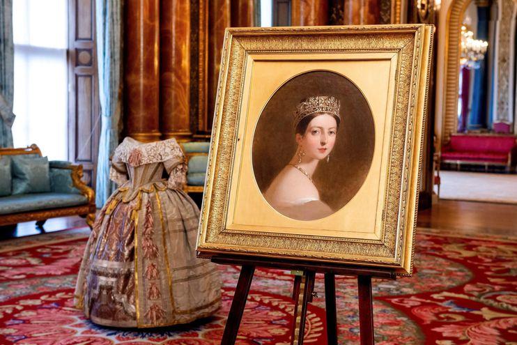 """Retrato de la Reina Victoria de Thomas Sully y vestido para el Stuart Ball, piezas que forman parte de la exposición """"Queen Victoria's Palace"""" (El Palacio de la Reina Victoria"""")."""