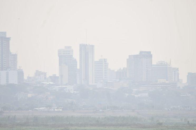 Una imagen de la semana pasada muestra el skyline de Asunción cubierto por una densa humareda. El aire estuvo sumamente contaminado.