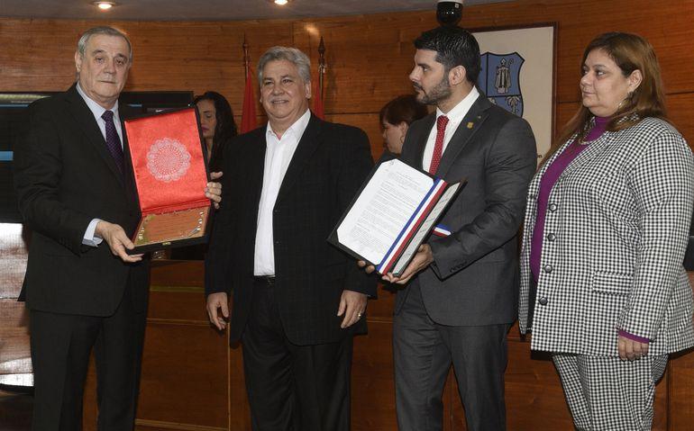 El Dr. Rolando Alarcón Ríos (i), junto a los concejales de la Junta Municipal, Orlando Fiorotto, Óscar Rodríguez y Rosana Rolón, durante el realizado ayer.