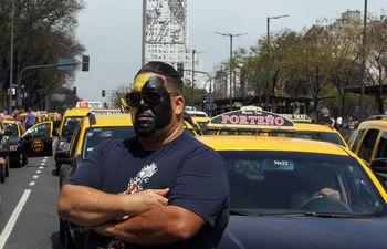 Fotografía de archivo del 9 de octubre de 2019 que muestra a un taxista con la cara pintada durante una protesta contra Uber y Cabify en la concurrida avenida 9 de Julio, en Buenos Aires (Argentina).