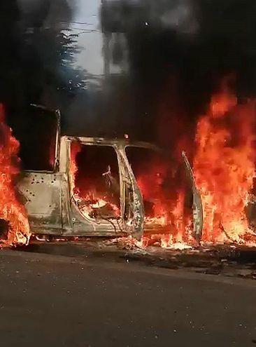 Una patrulla de la policía estatal incinerada tras ser emboscada por un grupo armado en Aguililla, estado de Michoacán (México).
