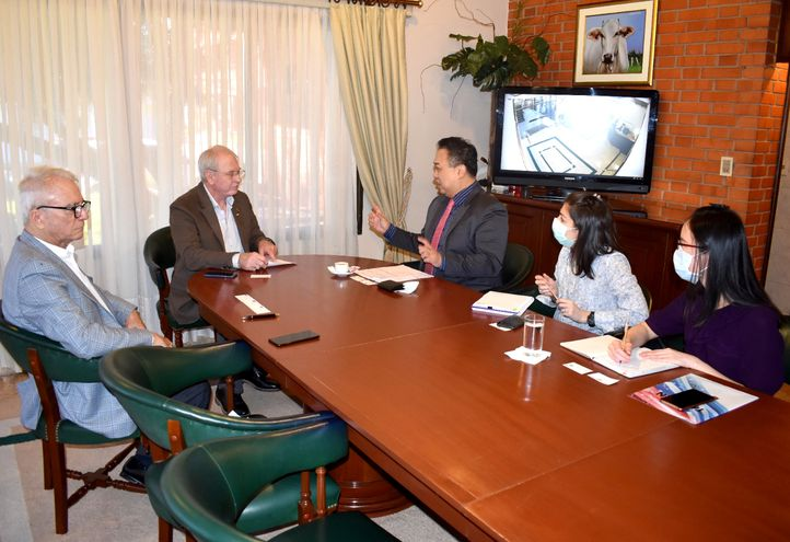 El consejero económico de la embajada de Taiwán en Paraguay,  Alfredo Chih-Hong Shu; Antonella Silvera Achón; y Eva Y.H. Liao: con el titular de Feprinco y ARP, Dr. Pedro Galli Romañach y el Dr. Darío Baumgarten.