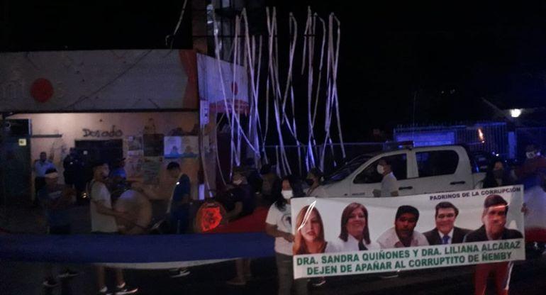 """El grupo de manifestantes autoconvocados repudió anoche la fábrica de maletines """"El Dorado"""", de Ñemby, ligada al clan Lanzoni."""